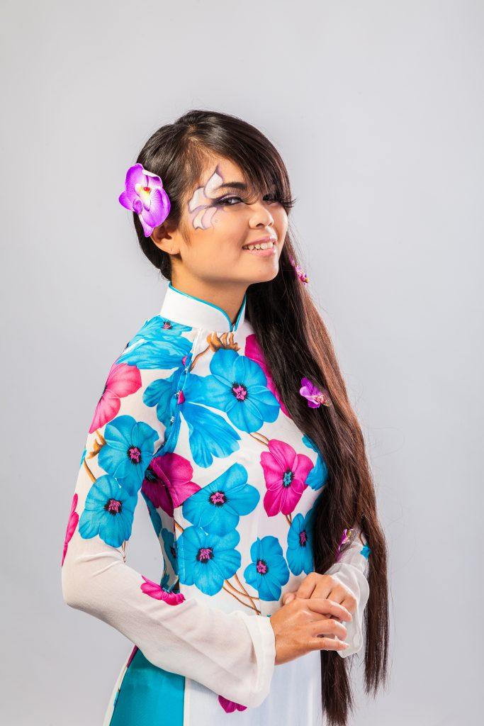 Femme vietnamienne en robe traditionnelle