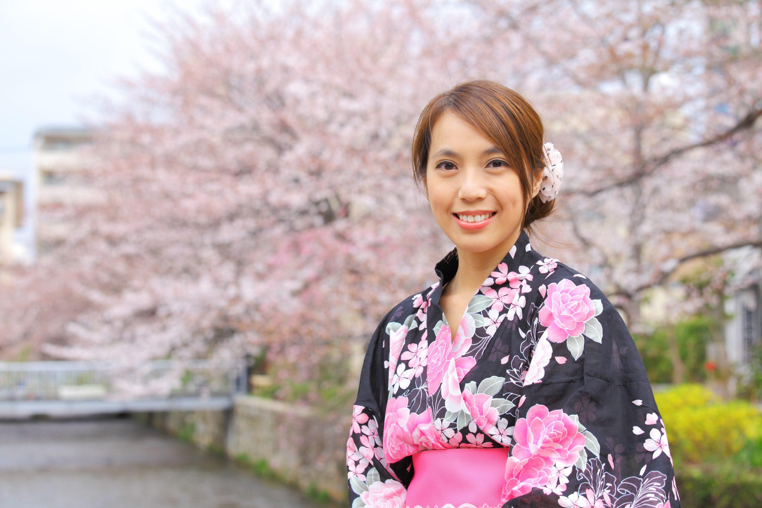 femme au japon cerisiers en fleur
